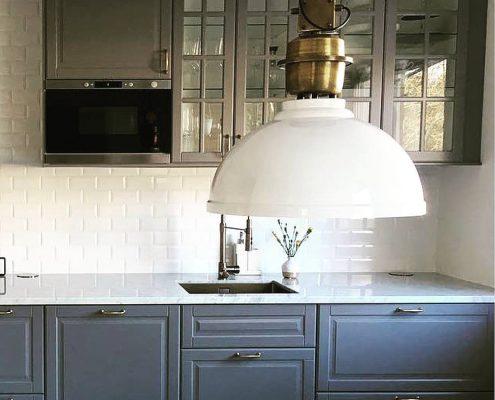 Biała industrialna lampa wisząca Manchester w kuchni