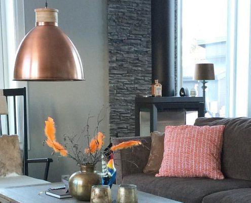 Miedziana lampa industrialna Roseville z elementami drewna