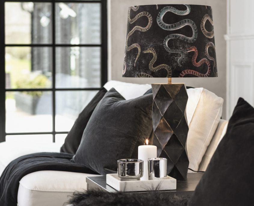 Drewniana lampa Honey w stylu art deco z abazurem w weze
