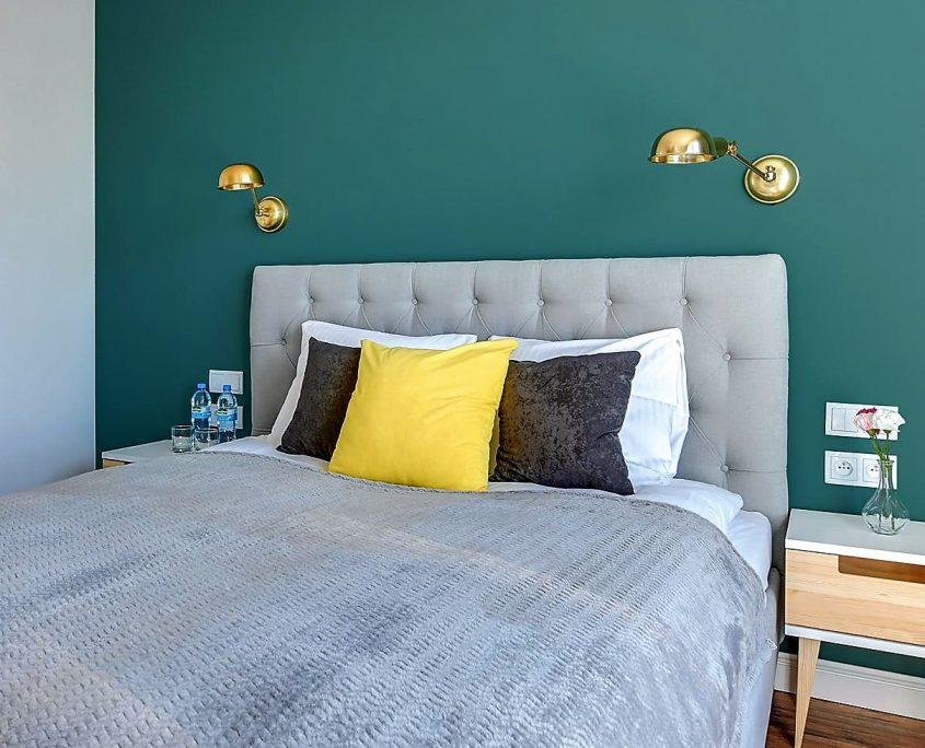 Mosiezne kinkiety Tilde PR Home w sypialni