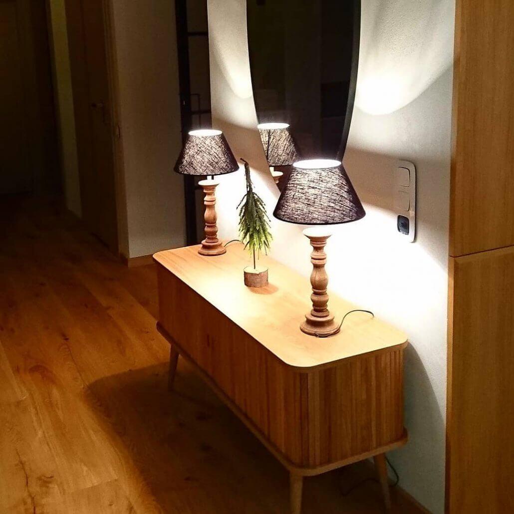 Drewniane lampy stolowe w stylu rustykalnym z lnianymi abazurami