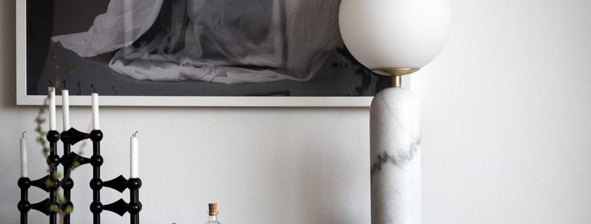 Trendy w oswietleniu 2021 Szklana lampa stolowa kula marmur Torrano
